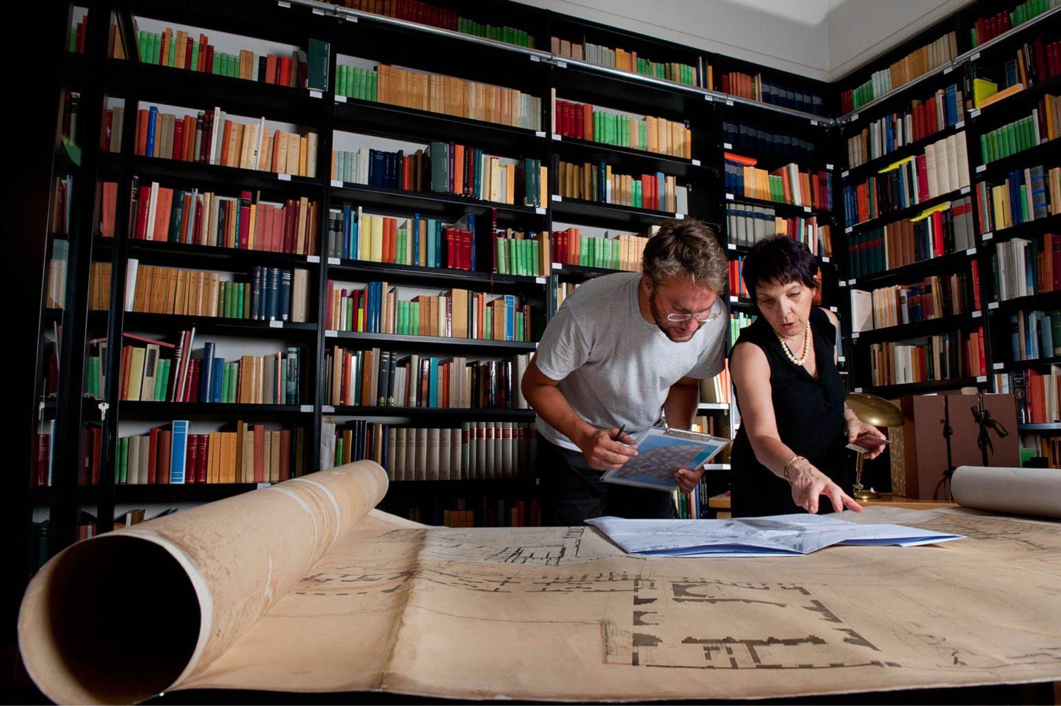 Gli archeologi Patrizia Fortini ed Edoardo Santini esaminano i documenti storici dell'archeologo Giacomo Boni relativi agli scavi presso il Foro Romano (2012)