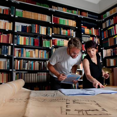 Quadrato_Gli-archeologi-Patrizia-Fortini-ed-Edoardo-Santini-esaminano-i-documenti-storici-dellarcheologo-Giacomo-Boni-relativi-agli-scavi-presso-il-Foro-Romano-2012.jpeg